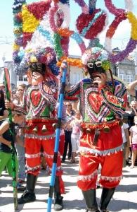 Dos boteiros del Entroido de Viana do Bolo, con sus típicas indumentarias.