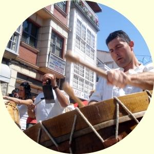 """Los """"folións"""" de toda la comarca animan el Entroido de Viana con sus tambores."""