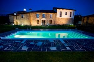 Esta antigua casa de labranza ofrece diez habitaciones y dispone de una espectacular piscina.