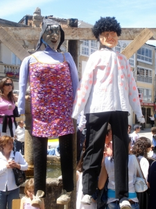 Los lardeiros son tradicionalmente vestidos con prendas robadas a los mozos y a las mozas de Viana.