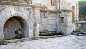 La fuente de Fradelo está ubiacada frente a la iglesia del pueblo.