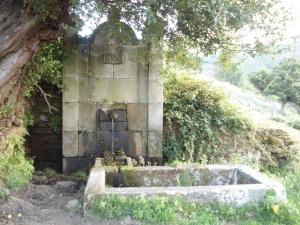ESta fuente de cantería, que data de 1900, está apartada del edificio principal por una huerta y una pradera.